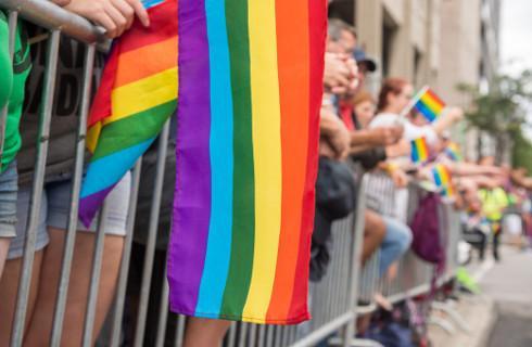 Amnesty: Ataki na osoby LGBT to w Polsce codzienność