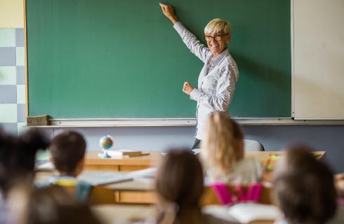 PIP: Wciąż dużo umów cywilnoprawnych w niesamorządowych szkołach