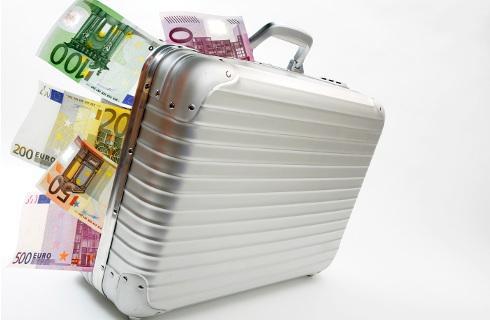 Gotówkę przewożoną w bagażu trzeba zgłosić