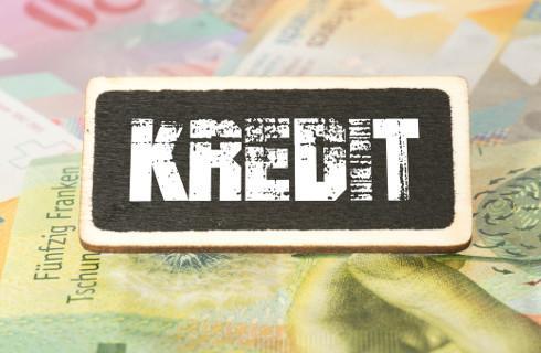 UOKiK: Rekordowo niskie stopy, a kredyty wciąż drogie
