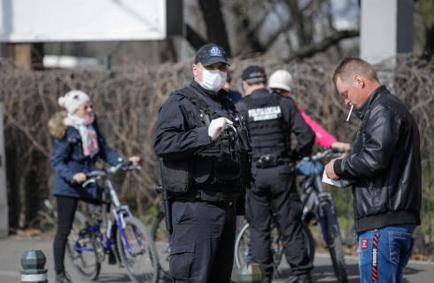 Straż miejska poucza o maskach i dystansie, mandaty pod znakiem zapytania