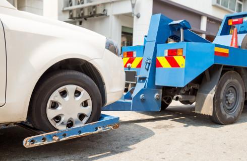 Właściciele odholowanych aut płacą krocie z powodu luki w przepisach