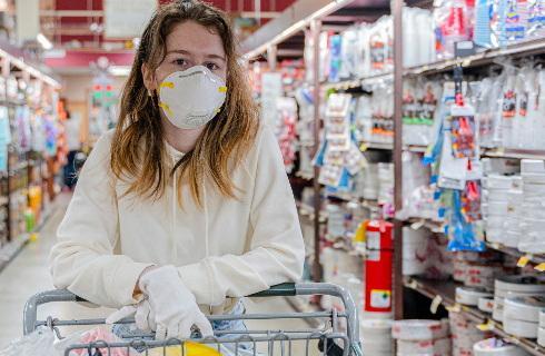 Wiceminister zdrowia: Sklep może nie obsłużyć klienta bez maseczki