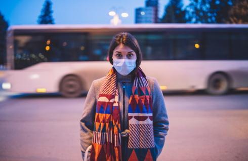 Uczniowie w maseczkach w autobusach i tramwajach
