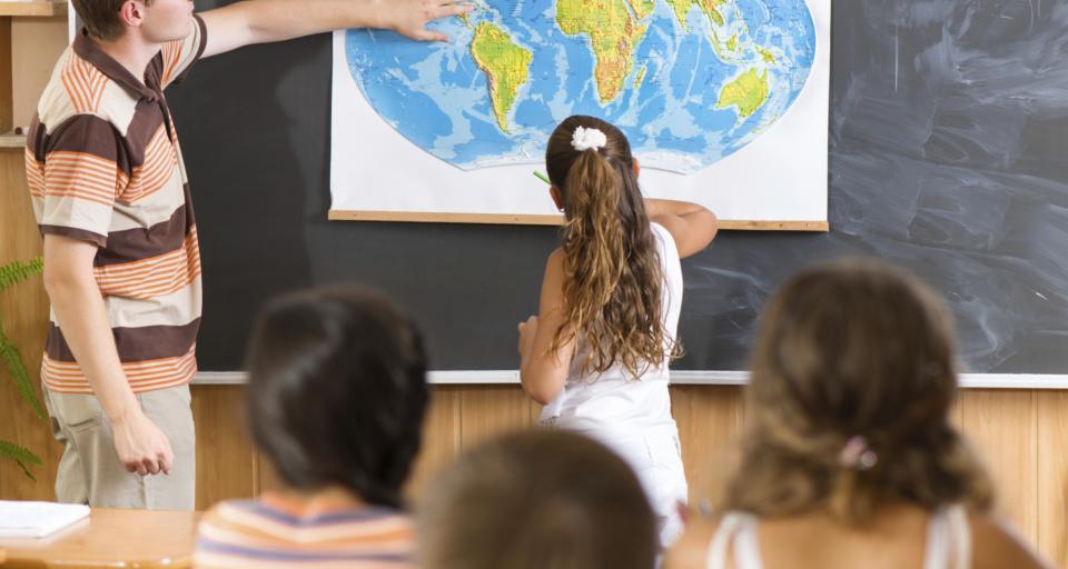 MEN: Prawie wszystkie szkoły pracują stacjonarnie
