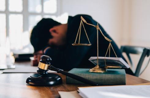 Egzamin zdany, a toga na wieszaku - rynek prawniczy zniechęca do zawodu