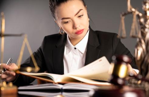 Polak prawnika coraz bardziej ceni, ale rzadko korzysta z jego usług