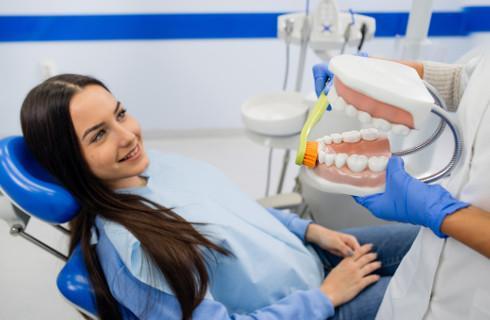 SN: Dentystka słusznie ukarana za niestaranność przy wstawianiu implantów