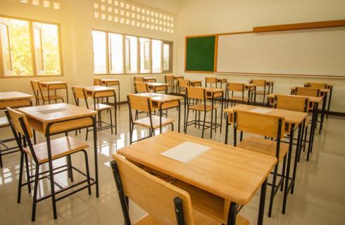 Przybywa szkół pracujących zdalnie