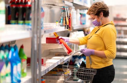 W małych sklepach nie ma godzin dla seniorów i limitu klientów