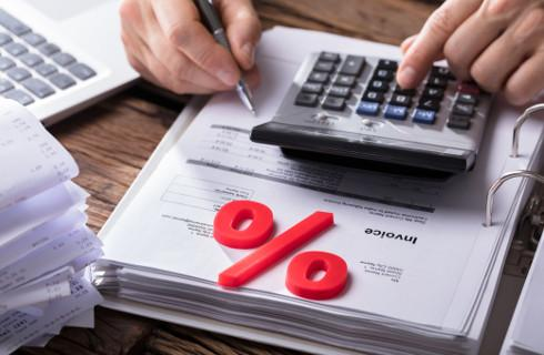 Odsetki związane z usługą finansową na gruncie VAT nie zawsze z podatkiem u źródła