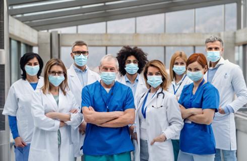 Druga pensja dla medyków walczących z epidemią już za listopad