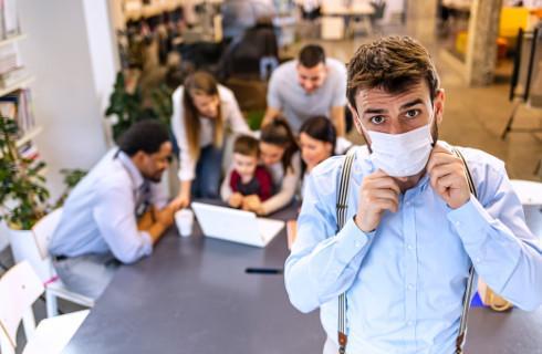 O nienoszeniu maseczki w zakładzie pracy może zdecydować pracodawca