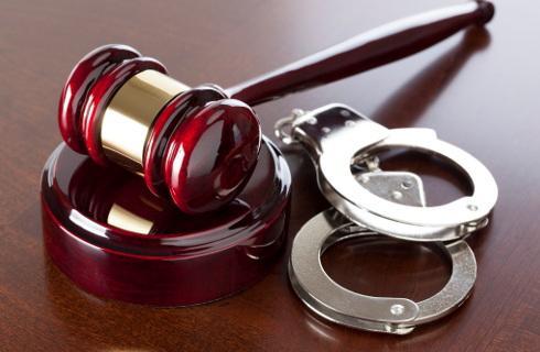 Przedłużenie aresztu dotkliwe jak sam areszt - sąd jednak aresztowanego wysłuchać nie musi