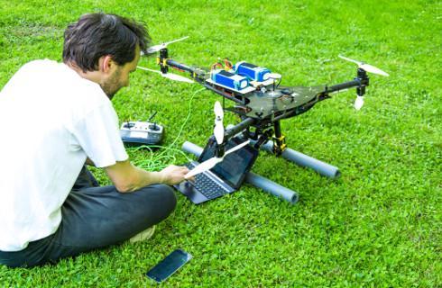 SN: Zdejmowanie drona z drzewa to nie obowiązek pracownika