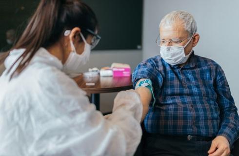 Dowóz na szczepienia – mało czasu na organizację, nieznane koszty i liczba chętnych