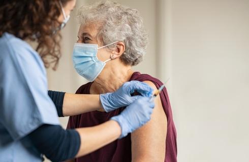 Od poniedziałku szczepienia seniorów, rząd apeluje o zapisy zdalne, ale wolnych terminów brak