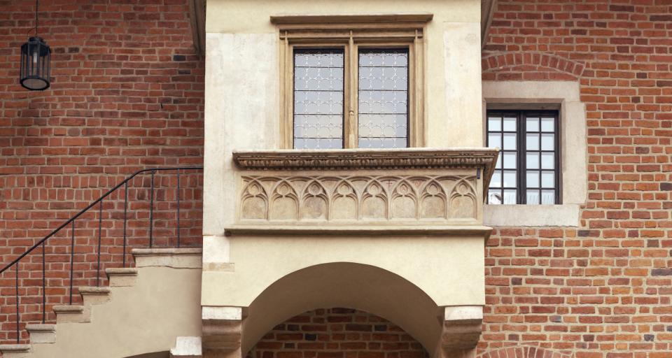 Powieszenie tablicy na zabytkowym budynku wymaga pozwolenia na budowę