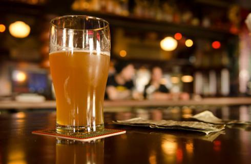 Rząd chce odbierać klubom koncesje na alkohol, ale dla gmin pandemia to nie powód
