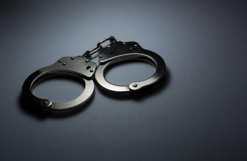 Kajdanki, gaz, kolczatka - co i kiedy może zastosować policjant?