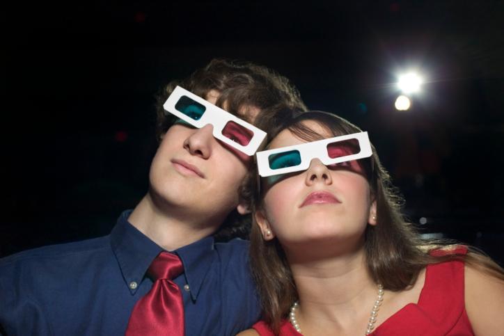 Randka w kinie mało romantyczna - prawo nakazuje rozsadzić zakochanych