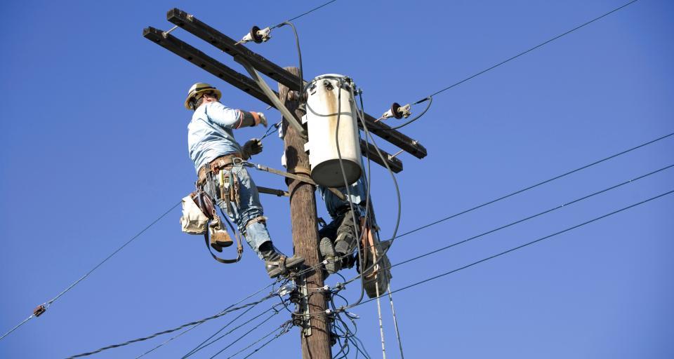 UKE zdecydował - firmy telekomunikacyjne będą miały dostęp do słupów energetycznych